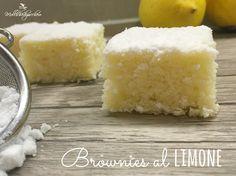 I brownies al limone sono dei dolcetti profumati e sofficissimi, delle nuvole al limone che inonderanno di profumo la vostra casa durante la cottura.