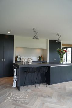 Strakke landelijke keuken | inbouwkasten | koken in nis | zwart wit hout | designverlichting | Projecten | RhijnArt Keukens uit Kesteren