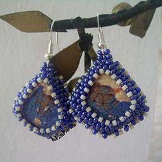 Boucles d'oreille, Fantaisie, forme losange couleur cobalt et lignage creme http://boutique.bijoux-khahina.com/product/boucles-doreille-fantaisie-losange-cobalt-creme/