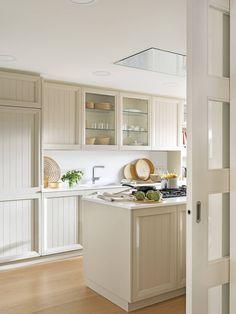 Cette maison rénovée est devenue le logement idéal d'une famille - PLANETE DECO a homes world Kitchen Layout, Kitchen Design, Kitchen Interior, Kitchen Decor, Crazy Kitchen, Diy Kitchen Remodel, Design Studio, Cuisines Design, Kitchen Organization