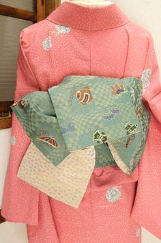 淡い鼠色をわずかに重ねたような青磁色に、宝尽くしが形作る大胆な市松パターンが浮かび上がる化繊の半幅帯です。 #kimono