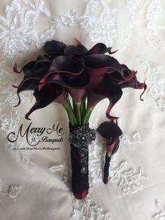 New ideas wedding bridesmaids red calla lilies Black Bouquet, Red Bouquet Wedding, Wedding Bridesmaids, Burgundy Wedding, Black Gothic Wedding Dresses, Gothic Wedding Ideas, Gothic Wedding Decorations, Dark Red Wedding, Wedding Inspiration