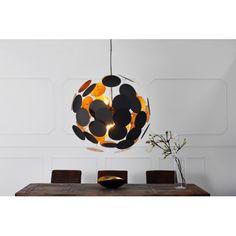 Splendide lampe suspendue moderne coloris doré et noir ! Sa conception est conçue en métal de haute qualité et composée de 50 disques d'une forme sphérique m...