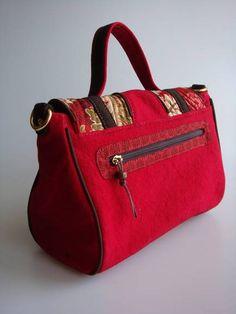 Bolsa feita de lona estonada e detalhe em tecido de algodão importado. Possui dois bolsos, um na parte de trás e outro internamente.