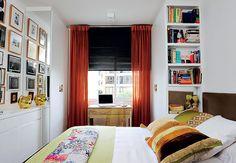 Nada de livros e revistas jogados em cima dos criados-mudos. Para organizá-los nas laterais da cama de casal deste quarto, os arquitetos Ant...