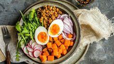 Linsesalat med egg Cobb Salad, Eggs, Ethnic Recipes, Food, Egg, Essen, Yemek, Meals, Egg As Food