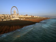 The Brighton Beach is mostly popular for its lively atmosphere, restaurants and bars. The permanent holiday atmosphere makes it a favorite getaway for Londoners. Visit Chicago, Great View, Willis Tower, Budget Travel, Where To Go, Brighton, Ferris Wheel, United Kingdom, How To Memorize Things