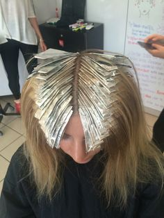 How A Herringbone Foil Should Be Done Blonde Foils, Hair Foils, Blonde Dye, Gold Blonde, Hair Color Techniques, Colouring Techniques, Hair Color Placement, How To Bayalage Hair, Redken Hair Color