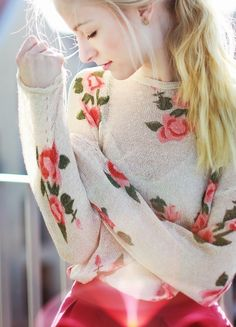 Pretty floral sweater fashion blonde red flowers sun pretty roses skirt sweater