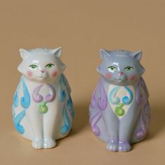 Adorable cat salt and pepper shakers decorated with folk art patterns.  #JimShore #SaltAndPepperShakers