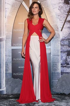 30 November Kate Beckinsale made a glamorous entrance to the Underworld: Blood Wars in Mexico City wearing a long red dress and white underskirt.