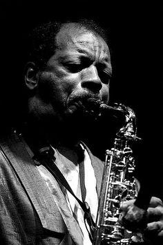 Ornette Coleman es un saxofonista, violinista, trompetista y compositor de jazz que nació el 9 de marzo de 1930. Fue uno de los principales exponentes del movimiento free jazz de la década de 1960; no obstante, sus inicios estuvieron relacionados con el R y el bebop.  El timbre de Coleman es fácilmente reconocible: el lamento, el llanto sonoro que arranca al saxofón, tan enraizado en la música blues.   Su álbum Sound Grammar (2007) recibió el Premio Pulitzer de música.