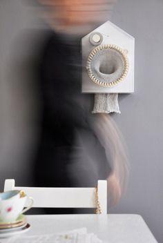 24/7 breiende klok. Deze briljant klok van de Noorse designer Siren Elise Wilhelmsen breit 24 uur per dag, om 365 dagen later deze sjaal 'te leveren' van 2 meter. Ik vraag mij alleen af hoe ik nu precies kan zien hoe laat het is. De klok is trouwens gemaakt van hout en acryl glas. Bekijk ook hoe je al schommelend kunt breien.