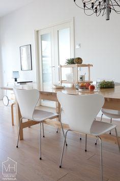 Tuolit ja pöytä yhdistelmä