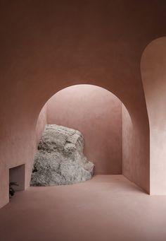 Nichée dans les montagnes de la Tramuntana de Majorque, cette paire d'habitations est gérée toute l'année par Mar Plus Ask comme un refuge calme et silencieux où seuls les architectes, écrivains et artistes peuvent venir séjourner. Les habitations sont entourées d'oliviers millénaires, qui à certains endroits, sont interrompus par d'énormes rochers qui sont des « sculptures monumentales naturelles ». Soucieux de laisser ce terrain accidenté en grande partie intact, Mar Plus Ask a décidé…