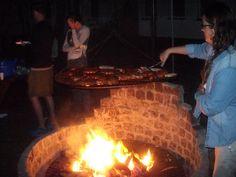 Wśród atrakcji obozów tenisowych znajduje się wiele atrakcji, między innymi wieczorne biesiadowanie i palenie ogniska.