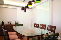 Projeto: Tikkanen Arquitetura Colaboração: Marcela Turíbio Fotos: Carol Coelho  Mobiliário: mesa copacabana e poltrona fulô giratória  (Fernando Jaeger)  -  #mesa #cadeiras #jantar #luminária #pendente #portacorrer