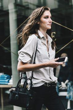 La camisa masculina, siempre Una camisa masculina (o mejor, LA camisa masculina) es uno de los máximos exponentes del menos es más. Solo ella es capaz de resolver un look apelando a una cierta estética tomboy. Y además, aunque a priori no lo parezca, ofrece un montón de vueltas de estilismo, desde jugar con el largo de las mangas, hasta meterla a medias por dentro.