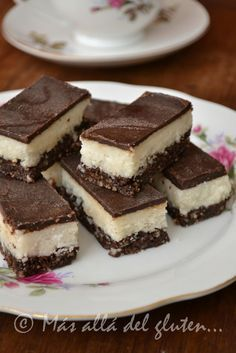 Coconut and chocolate bars. Gluten free dessert for children - How to make bars stuffed with nuts, coconut and chocolate. It is an ideal recipe for children since - Healthy Desserts, Raw Food Recipes, Sweet Recipes, Cookie Recipes, Dessert Recipes, Gluten Free Desserts, Gluten Free Recipes, Cacao, Creative Food
