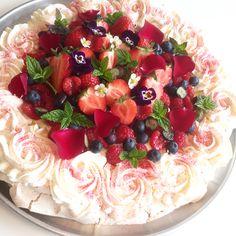Sommerpavlova Pavlova, Acai Bowl, Food And Drink, Birthday Cake, Breakfast, Desserts, Cakes, Tailgate Desserts, Birthday Cakes