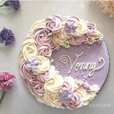 Смотрите это фото от @lulukaylacupcake на Instagram • Отметки «Нравится»: 281 Flores Buttercream, Buttercream Flower Cake, Elegant Birthday Cakes, Happy Birthday Cakes, Cake Decorating Techniques, Cake Decorating Tutorials, Pink Velvet Cupcakes, Bithday Cake, Cake Piping