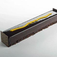 Noël 2013 - Bûche Kumango – Thierry Mulhaupt - Bûche composée d'un biscuit au chocolat, à la farine de manioc imbibé de jus de papaye au poivre du Ghana, garni d'un crémeux à la mangue et d'une mousse au chocolat Kumango 64%. Une bûche au caractère rare et surprenant disponible en série limitée à 113 exemplaires dès le 15 décembre.  8 personnes, 59 euros.