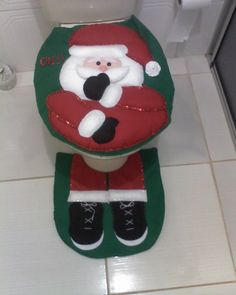 Resultado de imagem para artesanato com feltro passo a passo natal Country Christmas Decorations, Xmas Decorations, Holiday Decor, Felt Christmas, Handmade Christmas, Christmas Ornaments, Christmas Activities For Kids, Christmas Projects, Christmas Bathroom Sets
