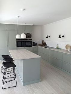 Do You Need Ideas For Mid-Century Modern Kitchen Style In Your Home? Beautiful Kitchens, Cool Kitchens, Ikea Kitchens, Kitchen Dining, Kitchen Decor, Kitchen Ideas, Appartement Design, Mid Century Modern Kitchen, Küchen Design