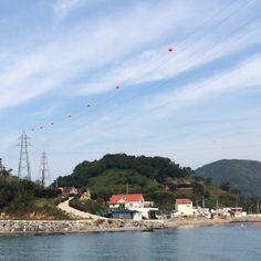 섬과 섬을 잇는 전깃줄. 공중에 메달린 빨간 공이 이뿌다.