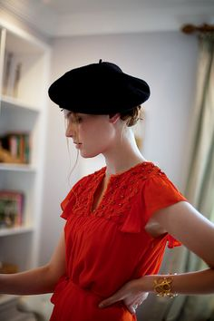 Red top and black beret. Classic casual look. Turbans, Beret Outfit, Fall Fashion Trends, Fall Trends, Parisian Chic, Fashion Outfits, Womens Fashion, Fashion Top, Fashion Edgy