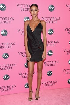 With the 2018 Victoria's Secret Show having aired in the US, the hard-working Angels gathered in New York City to watch the show before it hit TV screens. Victoria Secret Outfits, Victoria Secret Angels, Victoria Secret Fashion Show, Lais Ribeiro, Party Fashion, Girl Fashion, Fashion Outfits, Celebrity Boots, Celebrity Style