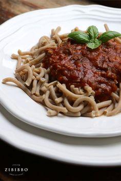 """Nichts sagt mehr """"Ich liebe dich""""œ als ein romantisches Abendessen zu zweit. Überrasche deine bessere Hälfte am Valentinstag mit einem traditionellen italienischen Dinner. Spaghetti, Ethnic Recipes, Dinner, Food, Italian Cuisine, Tuscany, Food Dinners, Food Food, Wild Boar"""