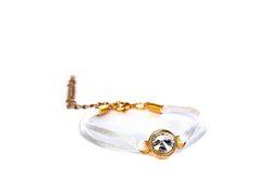 Handmade. Mooie armband van satijnkoord met een preciosa puntsteen. Een echt juweeltje voor aan je pols. http://bylieske.biedmeer.nl/bracelet-Preciosa-diverse-kleuren