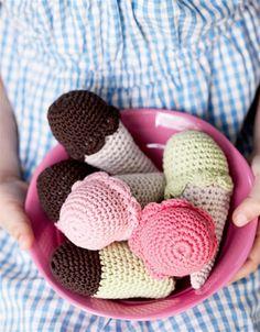 Lav fine, hæklede is i forskellige farver, så børnene kan lege isbutik i legehuset,