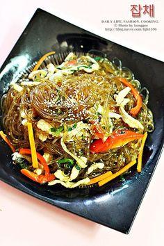 잡채 황금레시피 생생정보통 * 잡채맛있게만드는법 안녕하세요. 콩쥐에요몇일전 콩쥐 남편 생일이였는데요.... Cooking Recipes For Dinner, Easy Cooking, K Food, Food Menu, Korean Dishes, Korean Food, Daily Meals, Food Plating, Food Design