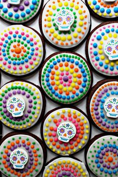 Dia de los Muertos Sugar Cookies for Military Care Package - The Monday Box - - The swirls of colorful dots on Dia de los Muertos Sugar Cookies are inspired by the festive, cut-paper banners that decorate the holiday alters in Mexico! Pumpkin Sugar Cookies, Halloween Sugar Cookies, Sugar Cookies Recipe, Halloween Pretzels, Party Mottos, Sweet 16, Day Of The Dead Party, Cookie Dough Recipes, Paper Banners