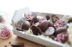 Mini ovinhos de chocolate | #ReceitaPanelinha: A caça aos ovos fica ainda mais divertida com ovinhos artesanais. Chame a criançada para ajudar no preparo da receita. Feliz páscoa!