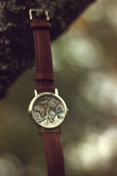 World map watch with a fantastic brown leather band. Jewelry Box, Jewelery, Jewelry Accessories, Map Watch, Happy Hippie, Watches For Men, Big Watches, Look, Bling