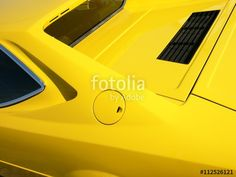 Ikonografisches Sportwagendesign der Siebziger Jahre von Bertone eines knallgelben italienischen Ferrari 308 GT 4 Sportwagens in Lage bei Detmold im Kreis Lippe