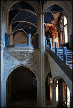 Interior sweeping stairway, Chateau Miranda (Chateau Noisy)