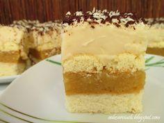 Wilgotne i rozpływające się w ustach ciasto biszkoptowe przełożone masą jabłkową i kremem karpatkowym
