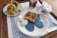 Jogo de pratos decorados para mesa posta em porcelana com desenhos autorais de borboletas brasileiras produzidos pelo Studio Cris Azevedo. Pratos de sobremesa com 19 cms com Borboleta Atelenes azul, prato de pão com 15 cms com 3 borboletas e copo para chá, café, suco ou água com desenho de borboletas brasileiras