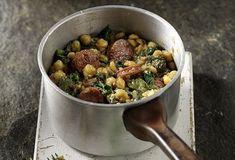 Ρεβίθια στην κατσαρόλα με λουκάνικο και σπανάκι από τον Άκη Πετρετζίκη! Μία πεντανόστιμη συνταγή για ρεβίθια που θα τη λατρέψουν όλοι! Δοκιμάστε την αμέσως!!
