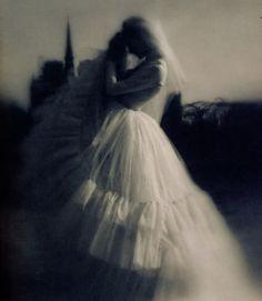 Lillian Bassman foto vintage borroso vestido novia volantes sombra silueta bw