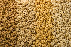 Healthy cereals for the family. Choose healthy cereals for adults and children. Don't be fooled by cereals' packaging. Learn how to choose a healthy AND tasty cereal. Author: Dra. Reina Lamardo #Cereal #HealthyCereals #HealthySnacks #CerealsForKids #CerealsForAdults #Breakfast #HealthyBreakfast #Fiber #BestCereals #SanaSanaFamily http://www.sanasana.com/blog/healthy-cereals-for-the-family/