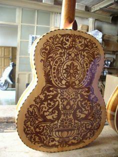 Trasera de la guitarra decorada, negativo de la anterior, es a dos maderas, selen un postivo y su contrario