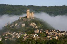 Los 15 pueblos más bonitos de Francia | El Viajero | EL PAÍS Najac (Midi-Pyrénées) La antigua bastida de Najac, del siglo XIII, parece suspendida de una larga cresta rocosa. En uno de sus extremos se alza el castillo, y a sus pies, los meandros del río Aveyron.  FELIX ALAIN (CORBIS)
