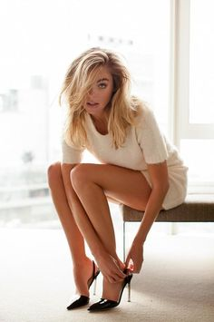 Beautiful and sexy women. in beautiful and sexy clothes and poses Nice Legs, Beautiful Legs, Gorgeous Women, Beautiful Celebrities, Street Style Inspiration, Pernas Sexy, Elizabeth Turner, Femmes Les Plus Sexy, Shabby Chic