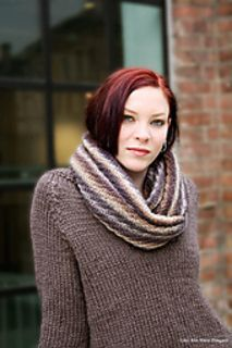 Isop / Hyssop is a cowl knitted in diagonal ribs (spiral ribs), making it reversible. The width is generous, so you can wrap it two or three times around your neck. Pattern in English and Norwegian.