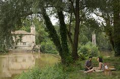 Hassan (Manish Dayal) und Marguerite (Charlotte Le Bon) beim romantischen Picknick.